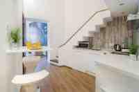 A konyha a lépcső alatt, a teret maximálisan kihasználva.