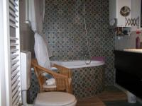 Fürdőszoba sarokkáddal, régi polgári lakás